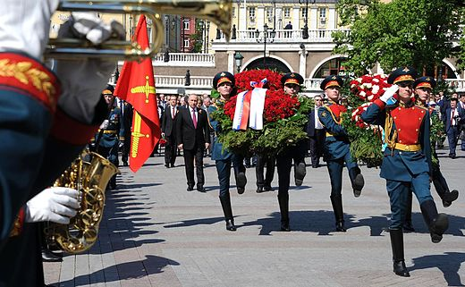 Wreath-laying ceremony at the Tomb of the Unknown Soldier 2016-05-09 02.jpg