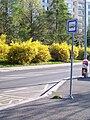 Zastávka Poliklinika Háje, sloupek, směr k Modré škole.jpg