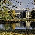 Zicht op kasteel met vijver op de voorgrond - Ambt Delden - 20389106 - RCE.jpg