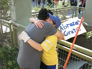 Free Hugs Campaign - 'FREE HUGS' well received in Chile.