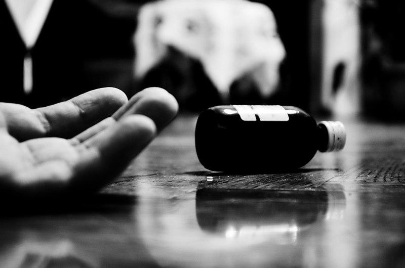 File:Αυτοκτονία με την λήψη φαρμάκου-δηλητηρίου.jpg