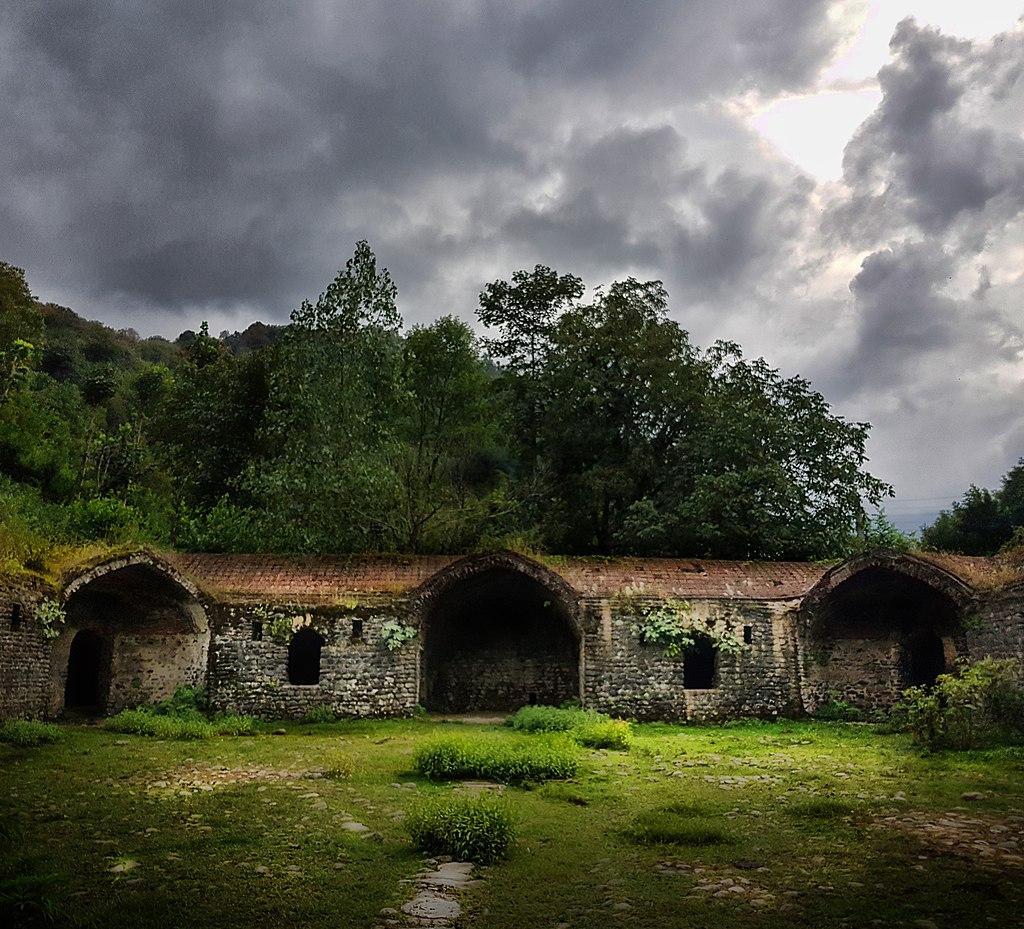 تی تی کاروانسرا مربوط به دوره صفوی است و در شهرستان سیاهکل، روستای بالارود واقع شده و این اثر در تاریخ ۱۲ آذر ۱۳۷۵ با شمارهٔ ثبت ۱۷۸۴ بهعنوان یکی از آثار ملی ایران به ثبت رسیدهاست