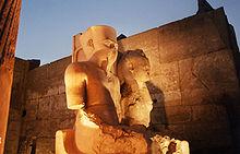 Luxor: Tutankhamon ed Ankhesenamon (statua usurpata da Ramses II)