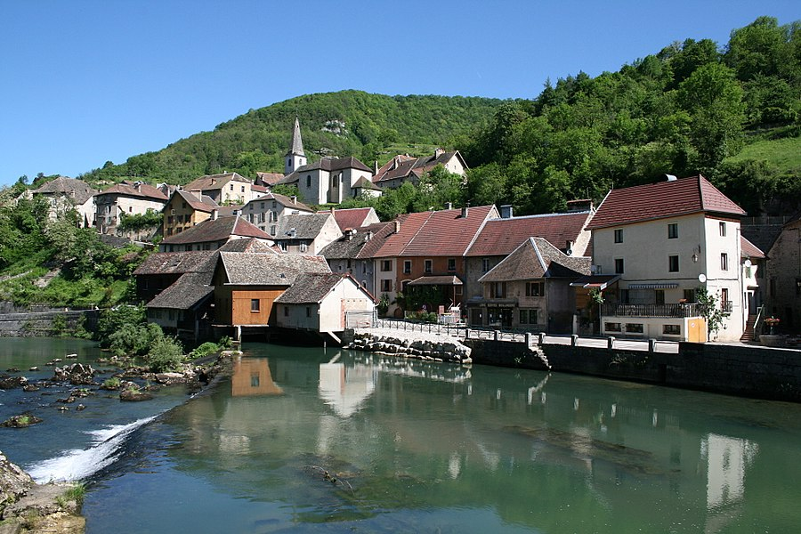Lods  (Doubs - France), the Loue (river) and the village.