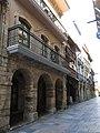 131 Calle de la Ferrería (Avilés), en primer terme els porxos de la casa núm. 15.jpg