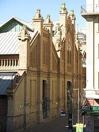 42 Mercat de Sants, c. Sant Jordi 6 (Barcelona), des dels jardins de la Rambla de Sants.jpg
