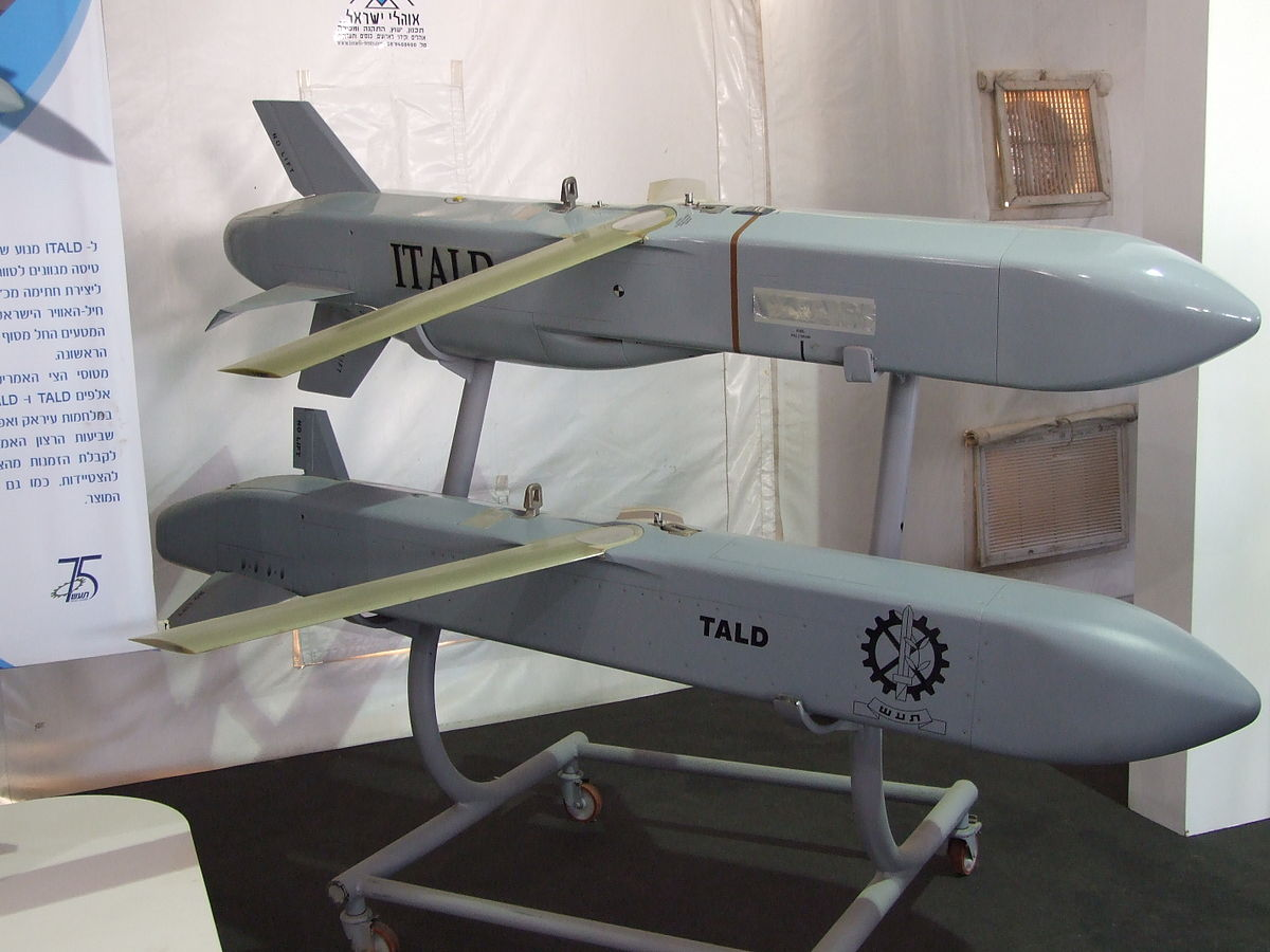 https://upload.wikimedia.org/wikipedia/commons/thumb/7/79/ADM-141_TALD_and_ADM-141C_ITALD_decoy_missiles_on_display.jpg/1200px-ADM-141_TALD_and_ADM-141C_ITALD_decoy_missiles_on_display.jpg