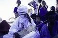ASC Leiden - van Achterberg Collection - 1 - 244 - Un griot au milieu des enfants souriants. Le camp du HCNUR (Haut Commissariat des Nations Unies pour les réfugiés) - Mberra, Maurétanie - 9-29 novembre 1996.tif