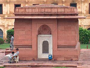 Tomb of Allama Iqbal - Image: Allama Iqbals Tomb North wall July 1 2005