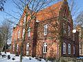 Altes Pfarrhaus Brinkum, im Hintergrund die Kirche.jpg