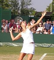 Amélie Mauresmo au service à Wimbledon en 2006.