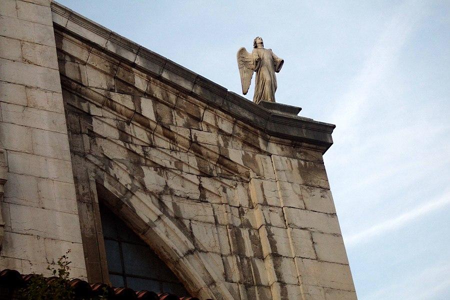 Ángel sobre el pórtico de la Iglesia de Santa Lucía (Santander, España)