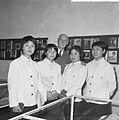 Anne Frankreis voor vier Japanse meisjes, de heer Otto Frank met een der Japan, Bestanddeelnr 917-5682.jpg