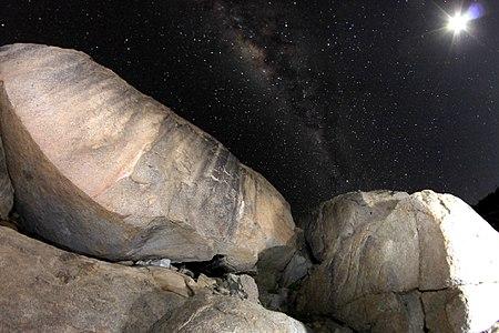 Arte rupestre y noche en la región de Atacama, Chile.jpg