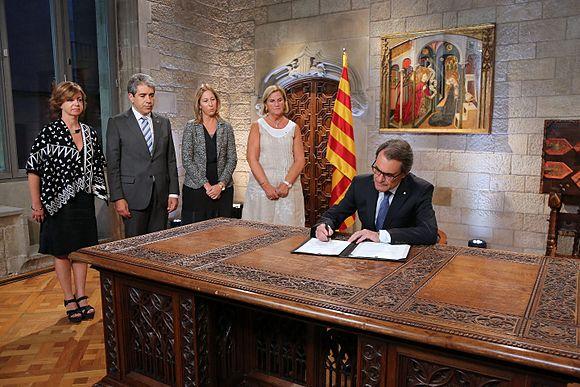 Artur mas signant convocatòria eleccions al Parlament de Catalunya 2015.jpg