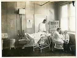 Attending surgeon's office; examination room, Washington, D.C. World War 1 (1910s).jpg
