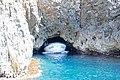 Ausgang aus der Blauen Grotte auf der Insel Bisevo in Kroatien (48693423933).jpg