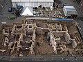 Blick auf die Grabungsfläche mit Grabungszelt und Mikwe Archäologische Zone.JPG