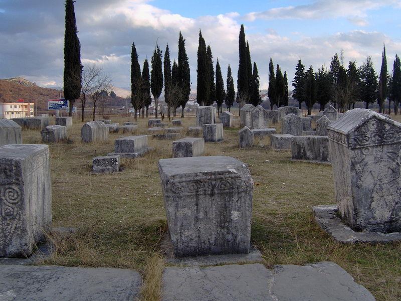 http://upload.wikimedia.org/wikipedia/commons/thumb/7/79/Bosniangraves_bosniska_gravar_februari_2007_stecak_stecci2.jpg/800px-Bosniangraves_bosniska_gravar_februari_2007_stecak_stecci2.jpg