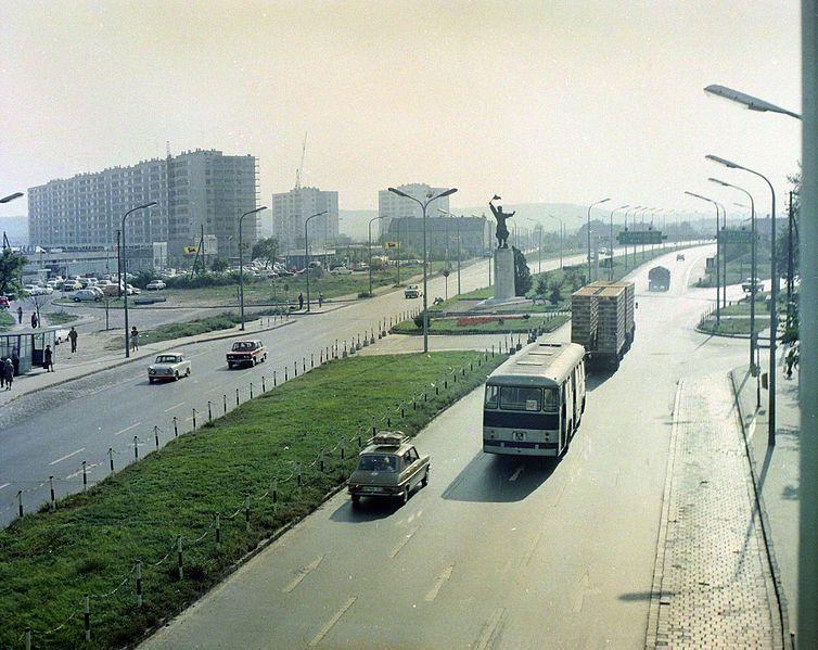 File:Budaörsi út, szemben az Osztapenko szobor a Balatoni út és az M1-M7 közös szakaszának találkozásánál. Balra az épülő Őrmezői lakótelep. Fortepan 99386.jpg