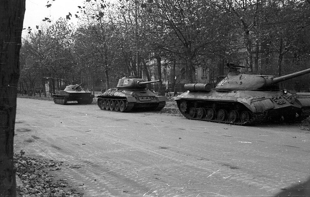 Tanques soviéticos na avenida Andrássy, em Budapeste, durante a Revolução Húngara (1956) [Imagem: Wikimedia]