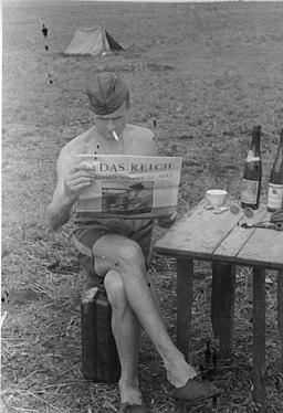 Bundesarchiv Bild 101I-018-0011-07, Russland, lesender Soldat
