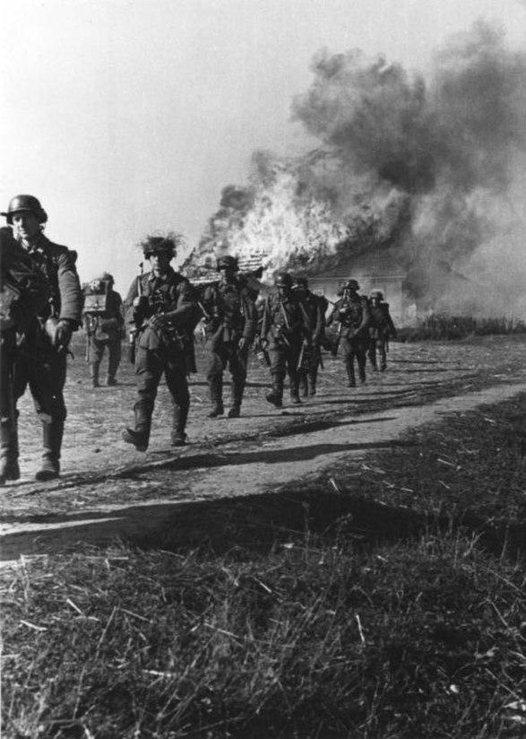 Bundesarchiv Bild 146-1989-030-27, Russland, Infanterie vor brennendem Haus