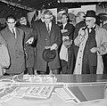 Burgemeester Thomassen bezocht de tentoonstelling Stad in Beweging. Hij wijst , Bestanddeelnr 917-7864.jpg