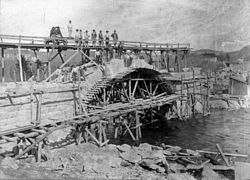 Bygging av bru over Fossingelva (1900-02).jpg