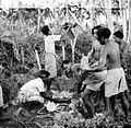 COLLECTIE TROPENMUSEUM Bij een begrafenis op Bali worden op een graf offers reisbenodigdheden geld (kèpèngs) en voedsel voor de dode geplaatst TMnr 10003255.jpg