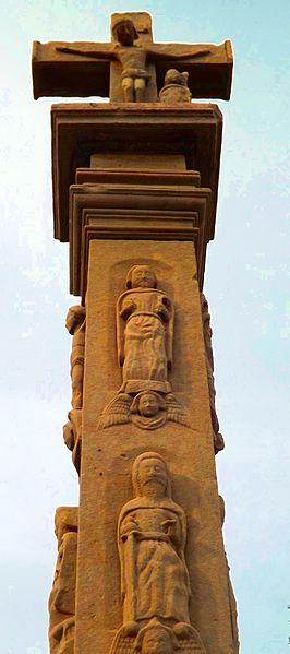Croix du 17e siècle, ornée de statuettes Classement aux Monuments historiques par arrêté du 15 mai 1909