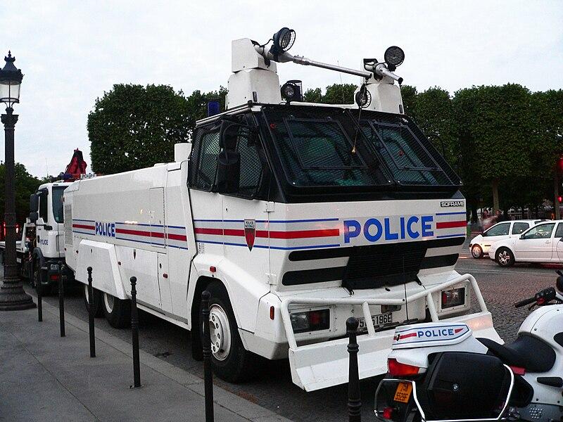 File:Camion canon à eau Police-CRS à Paris - 2.jpg