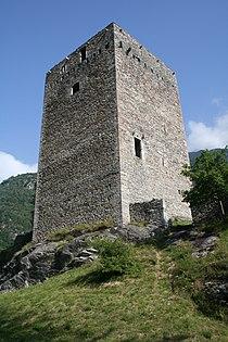 Castelmur Turm von SE.jpg