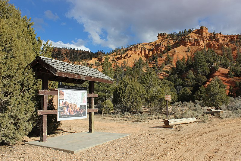 File:Casto Canyon Trailhead, Red Canyon, DyeClan.com - panoramio.jpg