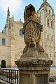 Catedral de Segovia, léon con escudo de Castilla y León.jpg