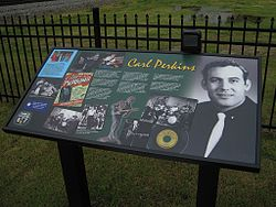 Carl Perkins Sun Recordsin promokuvassa n. 1955. Cavenaugh Park, Walnut Ridge, Arkansas.