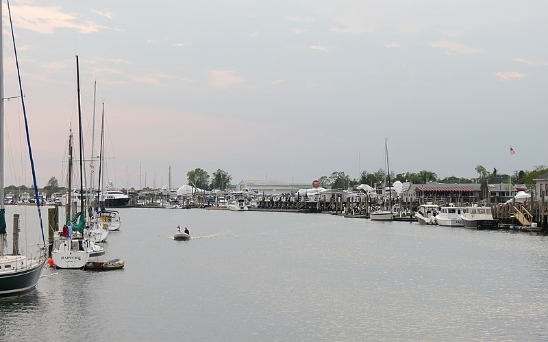 File:Cedar Island Channel heading in - panoramio.jpg
