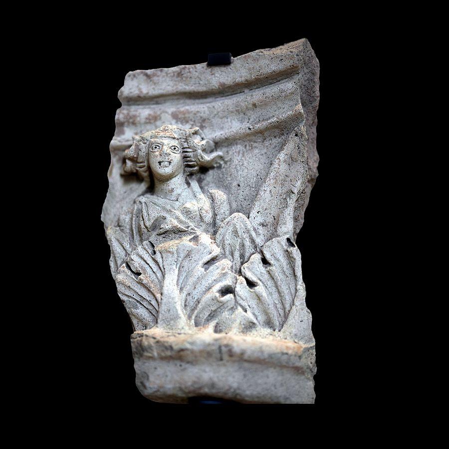 Fragment de chapiteau corinthien