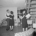 Dansend paar en een vrouw die een grammofoonplaat bekijkt tijdens een feestje in, Bestanddeelnr 255-4338.jpg