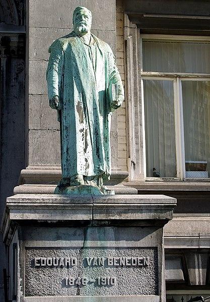 Archivo: Edouard van Beneden frente al Acuario et Musée de zoologie.jpg