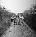 Een jonge vrouw met vier kinderen op een weg, Bestanddeelnr 252-1948.jpg
