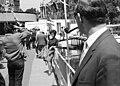 Egy nőt fényképez egy férfi, kiállítási pavilon van a háttérben. Fortepan 50371.jpg