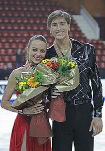 Ekaterina RIAZANOVA Jonathan GUERREIRO 2009 WJC Ice Dancing Podium.jpg