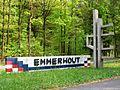 Emmen Emmerhout wijknaam met kunstwerk.JPG