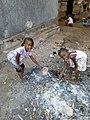 Enfant jouer aux poubelle.jpg