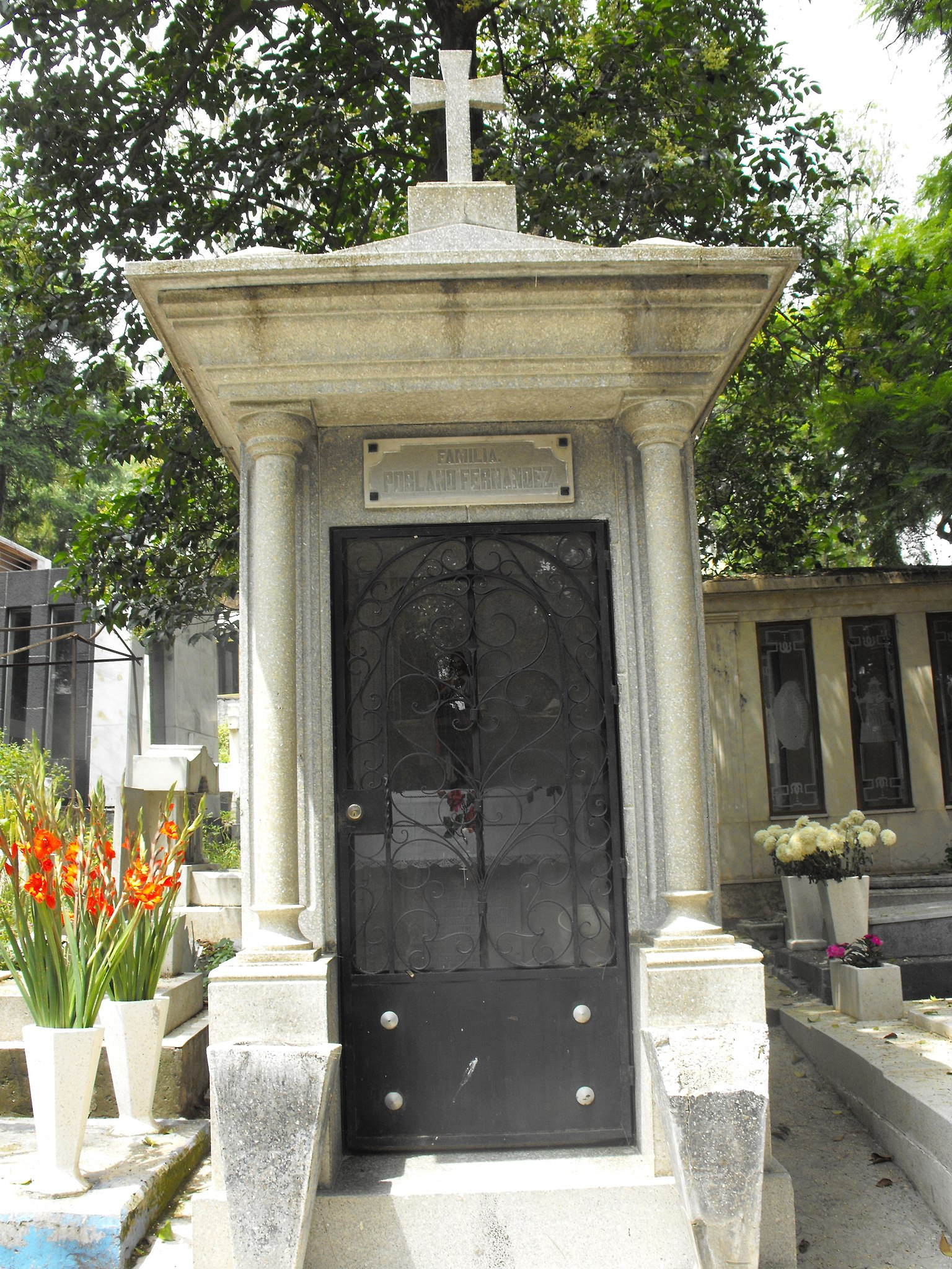 File Entrada A Cripta Familiar En La Parte Más Antigua Del Panteón Jilotepec En Xochimilco Ciudad De México Jpg Wikimedia Commons