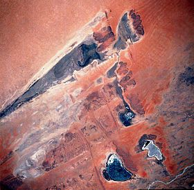 Vue satellite du lac Figuibine (en forme de fer de lance) et du lac Komango à son extrémité est, en avril 1991. Le fleuve Niger est en bas à droite, sur la photo, le lac Télé est au centre, le lac Horo en bas à gauche et le lac Fati en bas à droite.