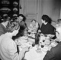 Familie met gasten aan de maaltijd, Bestanddeelnr 252-9363.jpg