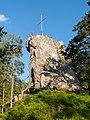 Fels mit Kreuz bei Burgruine Weissenstein.jpg
