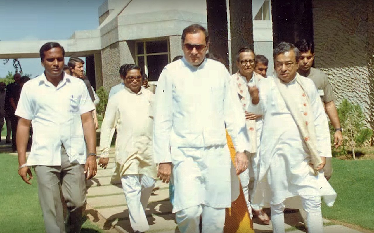 1280px Former Prime Minister Rajiv Gandhi and %27Father of the White Revolution%27 Verghese Kurien in IRMA Campus